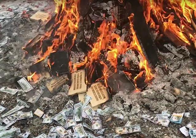 Ruská blockchainová sekta uspořádala tajný obřad k pádu dolaru (VIDEO)
