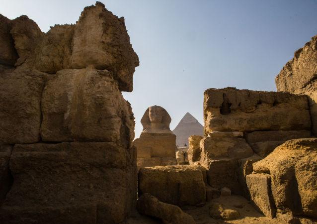 Sfinga a pyramida v Gíze