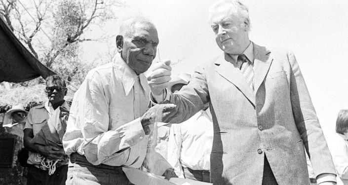 Australský premiér Gough Whitlam a aktivista za práva domorodců Vincent Lingiari