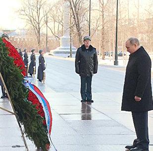 Putin uctil památku padlých obránců vlasti