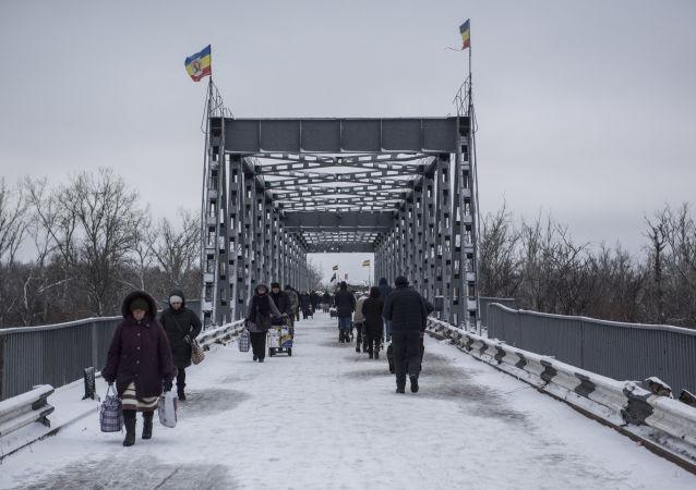 Kontrolní stanoviště Stanycja Luhanska mezi Ukrajinou a LLR