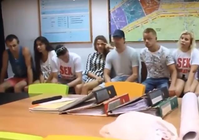 """Objevilo se video zadržení ruských """"sex instruktorů"""" v Thajsku"""