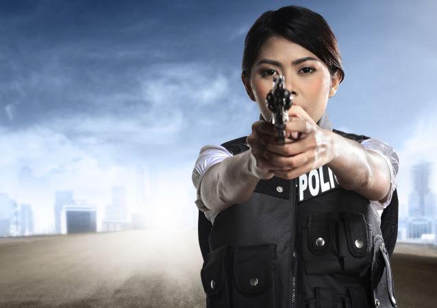 Hezká dívka v policejní uniformě