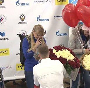 Na letišti požádali o ruku dvě lyžařky, které se vrátily ze ZOH 2018