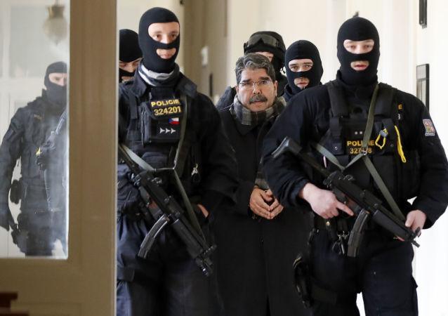 Bývalý lídr syrských Kurdů Salih Muslim při přesunu do jednací síně