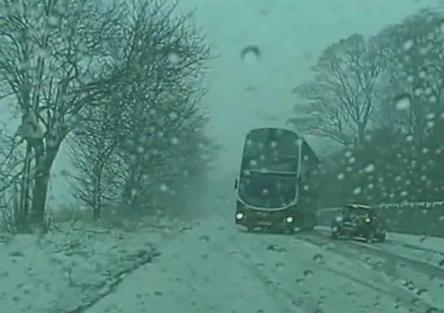 Autobus se virtuózně vyhnul protijedoucímu autu