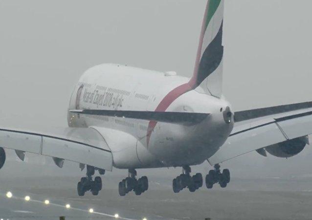 Přistání největšího dopravního letadla za bouře natočili na video