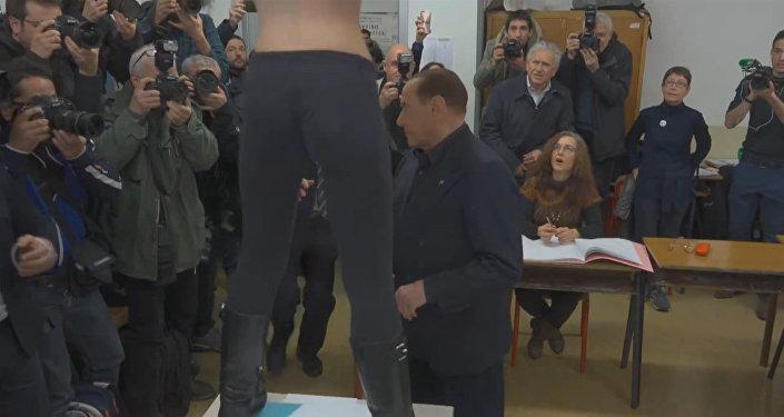 Nahá a nespokojená: aktivistka FEMEN se svlékla před Berlusconim