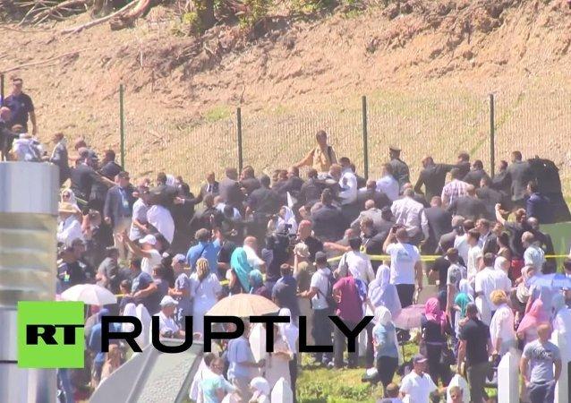 Dav ve Srebrenici házel na srbského premiéra kameny