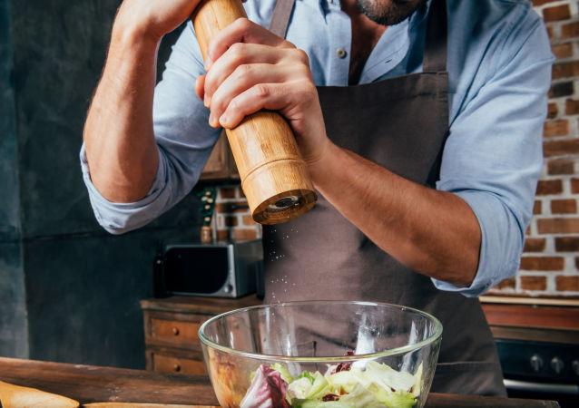 Kuchař pepří jídlo
