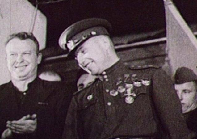 Archivní záběry. Letecké eso Alexandr Pokryškin se narodil před 105 lety