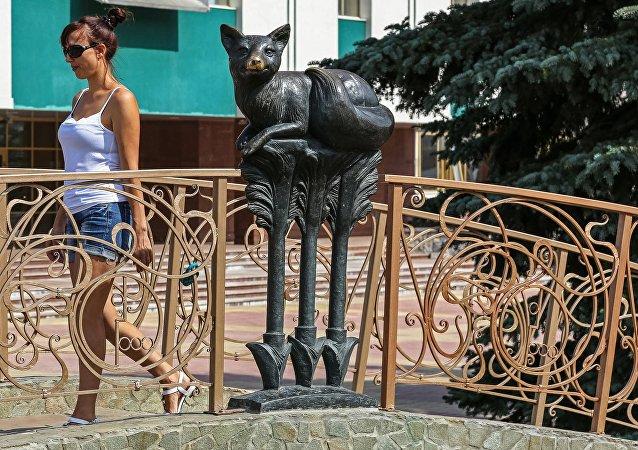 Symbol Saransku, socha lišky s třemi šipkami