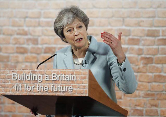Theresa Mayová  na cihelném pozadí