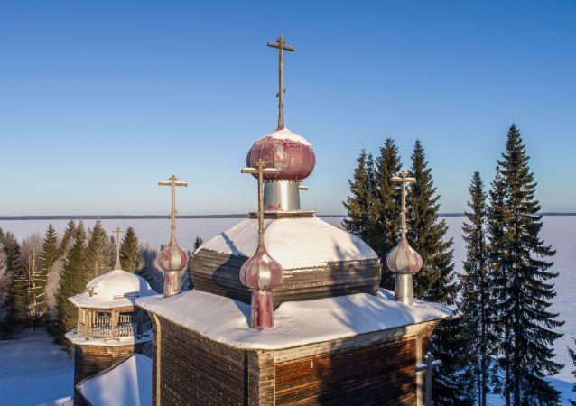 Věžičky pravoslavného chrámu v Karélii