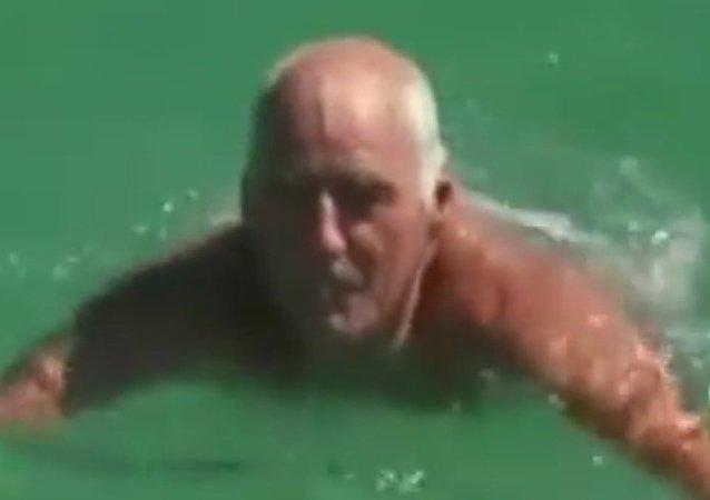 Australský důchodce odrazil útok žraloka holýma rukama