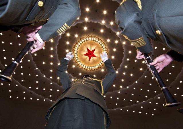 Vojenský orchestr na zahájení Všečínského shromáždění lidových zástupců