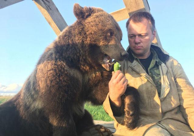 Medvěd Mansur a letec Andrej Ivanov