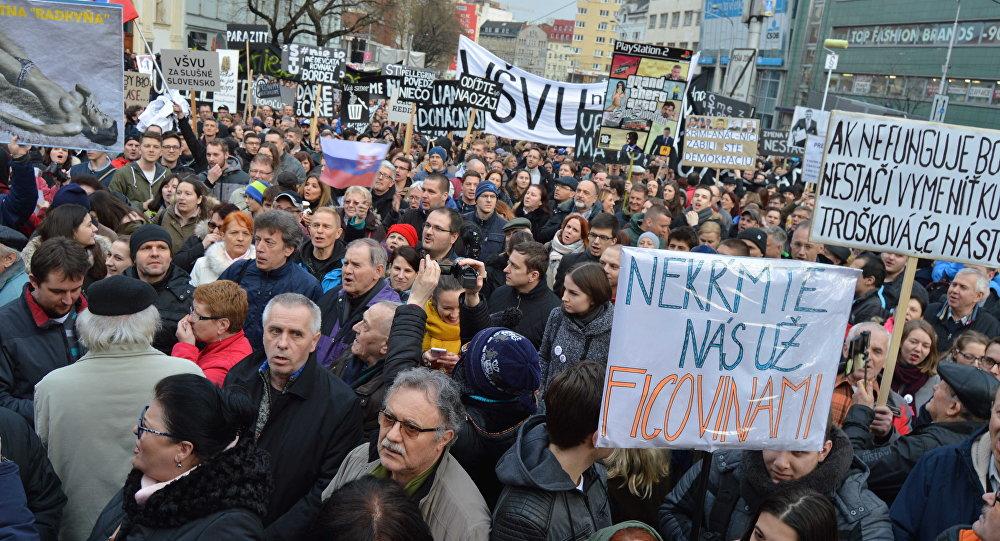 Do ulíc slovenských miest vyšli v piatok poobede opäť desiatky tisíc demonštrantov