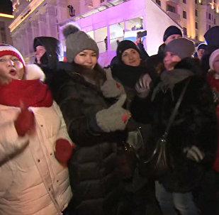 Lidé oslavují vítězství Putina ve volbách na Rudém náměstí