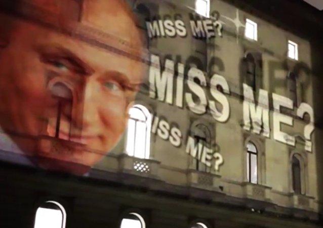 """""""Stýskalo se vám po mně?"""" Obraz Putina s úsměvem byl promítnut na budovu britského MZV"""