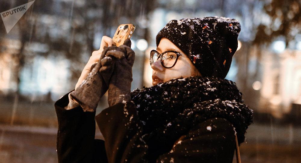 Dívka fotí chumelenici v Petrohradu