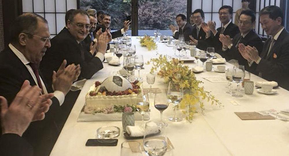 Ruský ministr zahraničí Sergej Lavrov a jeho japonský protějšek Taró Konó