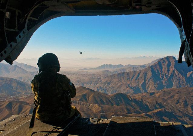 Americký voják obdivuje afghánské krajině