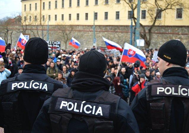 Policajti v strehu: Po skončení pochodu chránili parlament pred nahnevanými demonštrantmi