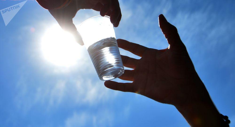 Передача стакана воды