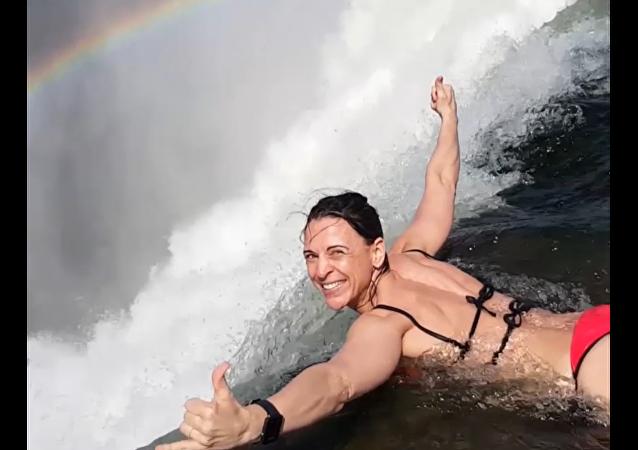 Bláznivá odvaha: kráska se koupe v Ďáblově bazénku nad propastí hlubokou 108 metrů