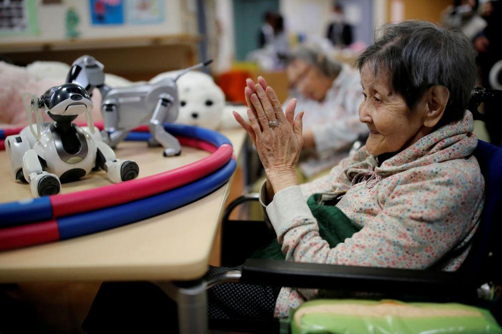 V našem světe žije hodně lidí o samotě. Jak roboti pomáhají starším lidem