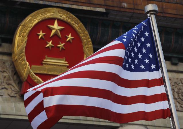 Vlajka USA na pozadí emblémy Číny