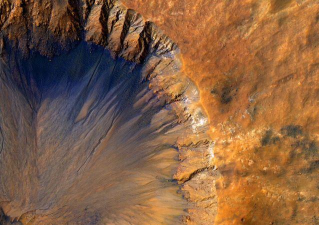 Kráter na povrchu Marsu