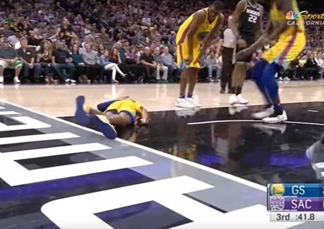 Basketbalistovi ochrnuly nohy