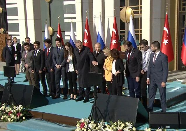 """Erdogan při fotografování v Ankaře """"ukradl"""" Putinovi ženu"""