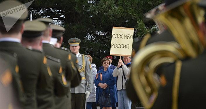Místní obyvatelé děkují Červené armádě