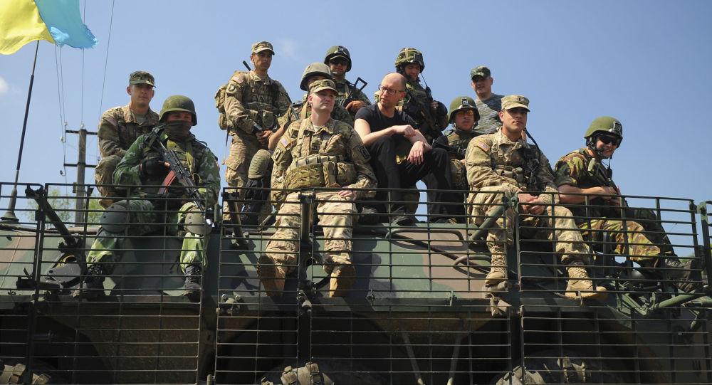 Ukrajinský premiér Arsenij Jaceňuk a ukrajinští a američtí vojáci