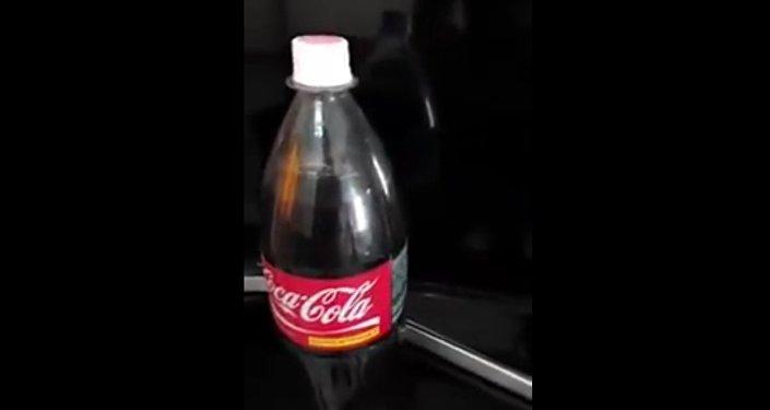 Muž koupil lahev Coca-Coly, vylil jí a uviděl něco hnusného