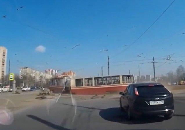V Petrohradu se tramvaj s cestujícími rozpadla během cesty