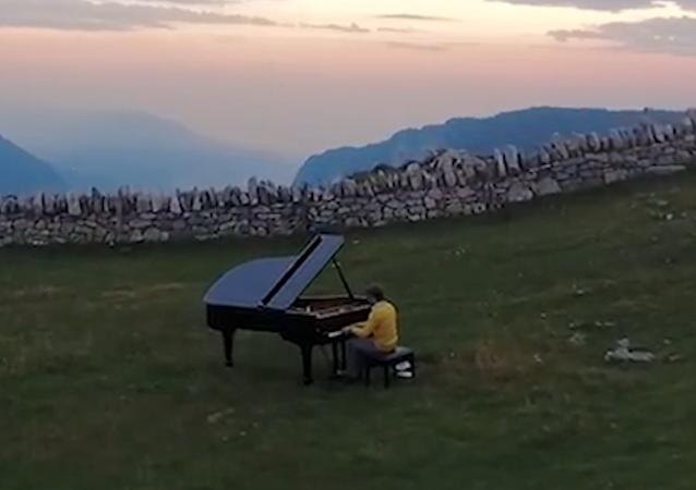 Příroda inspiruje. Švýcarský klavírista hraje na zvláštních místech