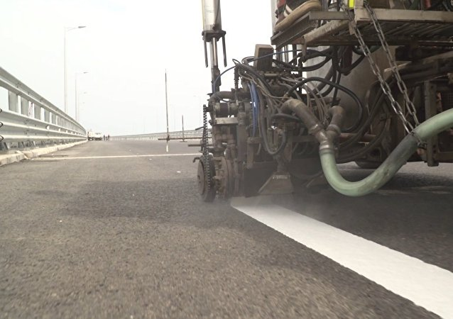 Stavitelé přistoupili k malování silnice Krymského mostu (VIDEO)
