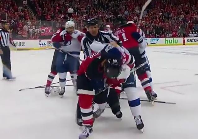 Rus a Američan vyvolali velkou rvačku na utkání NHL