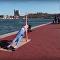 Modelka v nakresleném na nahé tělo oblečení cvičila jogu přímo na ulici