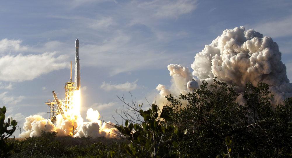 Start nosné rakety Falcon Heavy