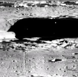 """Na měsíční fotografii NASA objevili """"kosmickou loď mimozemšťanů"""" (VIDEO)"""