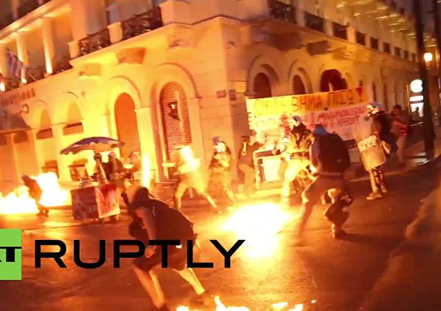 Řecko: demonstranti zaútočili na policii Molotovovými koktejly po hlasování v parlamentu