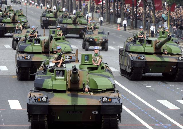 Francouzský tank AMX-56 Leclerc během přehlídky