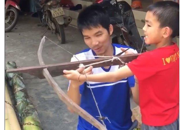 Otec vyndal synovi zuby za pomocí samostřílu a natočil to na video