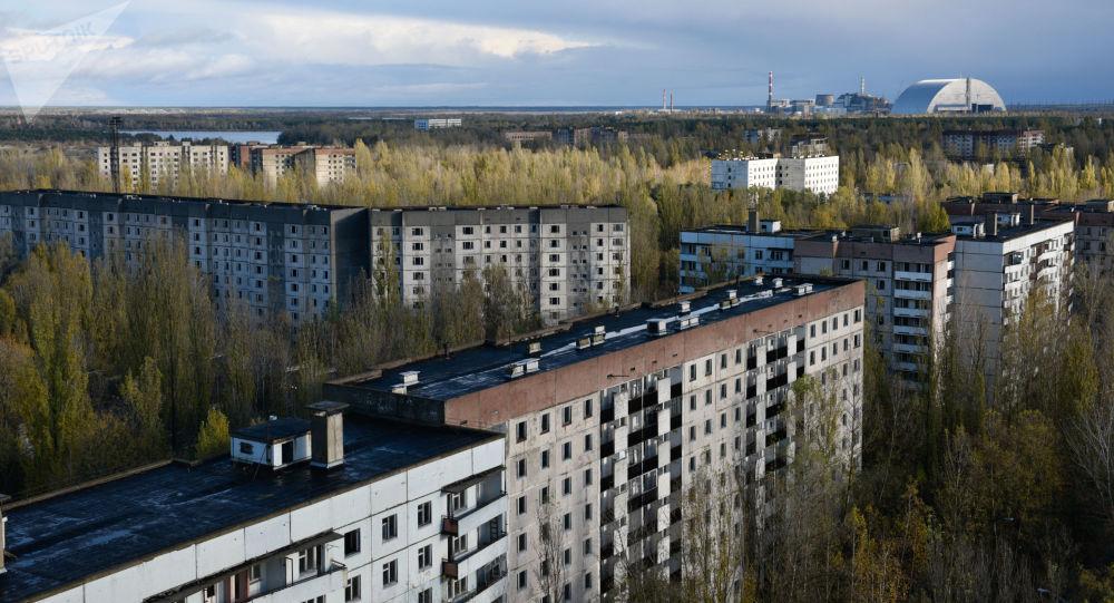 Pohled na Černobylský sarkofág z města Pripjať
