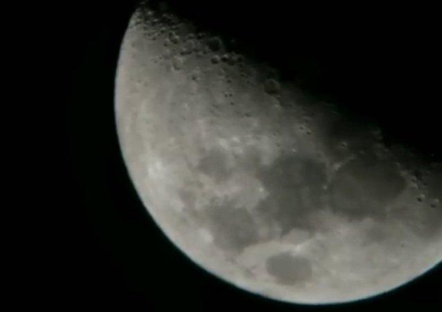 """""""Co jsem to sakra právě natočil?"""" 3 záhadné objekty byly natočeny poblíž Měsíce (VIDEO)"""